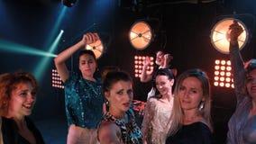 俱乐部享受与音乐会的党舞蹈党 夜总会DJ党人享用的音乐跳舞声音 股票视频