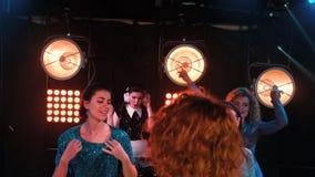 俱乐部享受与音乐会的党舞蹈党 夜总会DJ党人享用的音乐跳舞声音 股票录像