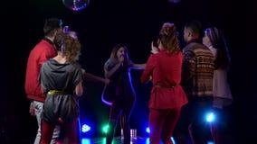 俱乐部减速火箭的音乐会女孩在人跳舞附近唱歌 背景检查巨大项目更多我的其他投资组合系列相似的烟 慢的行动 股票录像