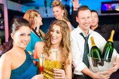 俱乐部或棒饮用的香槟的人们 库存图片