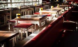 俱乐部表和椅子内部在夜间时间的 免版税库存照片
