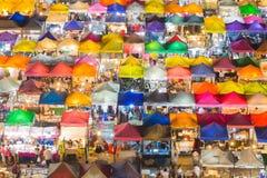 倍数上色城市周末市场屋顶 库存图片
