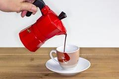 倒一份热的expresso咖啡到玻璃里 免版税库存照片