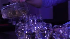 倒一杯妇女的酒的侍酒者 股票视频