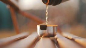 倒一杯茶从热水瓶的 股票录像
