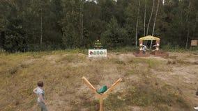 击倒与巨型弹弓的鸟瞰图人plushies在森林边缘  股票视频