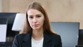 翻倒哀伤的妇女画象在办公室 股票录像