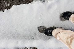 滑倒在雪溜滑路 免版税库存图片