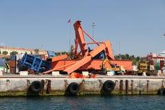 倒塌的口岸起重机 库存照片