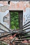 倒塌的屋顶被放弃的房子 库存图片