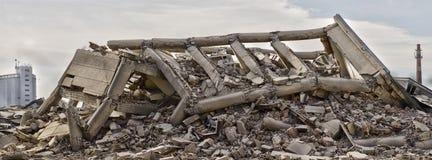 倒塌的工厂厂房全景 库存图片