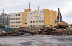 倒塌的工厂厂房和挖掘机 库存图片