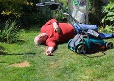 倒塌的或死去或负伤的老人 免版税图库摄影