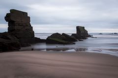 倒塌的港口墙壁在Seafield Kirkcaldy,苏格兰 库存图片