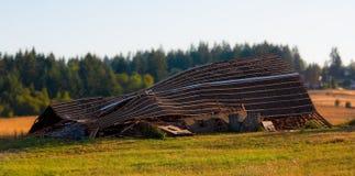 倒塌的被放弃的老木谷仓 免版税库存图片