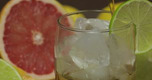 倒威士忌酒,科涅克白兰地,从一个瓶的利口酒到一个玻璃杯子里 特写镜头 影视素材