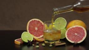 倒威士忌酒,科涅克白兰地,从一个瓶的利口酒到一个玻璃杯子里 影视素材