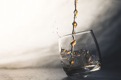 倒威士忌酒 免版税库存图片