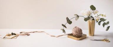 倒栽跳水,站点设计的横幅 针线,手工制造 兰花, eucliptus,编织和钩编编织物,毛线 水平 库存图片