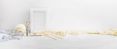 倒栽跳水,站点设计的横幅 针线,手工制造 编织和钩编编织物,毛线 横向格式,文本的空间 免版税库存图片