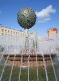 击倒桔子树的瑞典狮子尝试  喷泉在Oranienbaum 库存照片