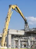 击倒桥梁的爆破机器 免版税库存照片
