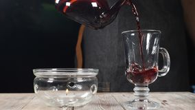 倒热的果子茶的侍酒者入在黑背景的一块空的玻璃在一家舒适餐馆 t 热健康 股票视频