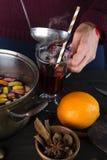 倒热的被仔细考虑的酒的妇女 免版税库存图片