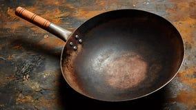 倒空一个生锈的金属表面上的老煎锅 免版税库存图片