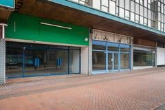 倒空一条被放弃的大街的商店 免版税图库摄影