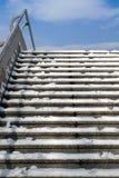 倒空与天空和云彩的多雪的楼梯在上面 库存照片