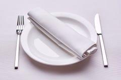 倒空与白色桌布的服务的餐馆桌 免版税库存图片