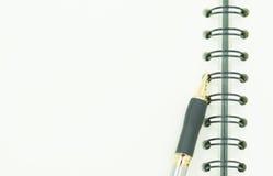 倒空与笔的binded笔记 免版税库存照片