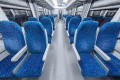 倒空与蓝色椅子的火车内部 库存图片