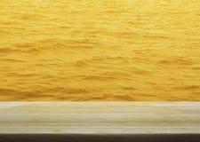 倒空与金水表面纹理的木桌,您赞成的 库存照片