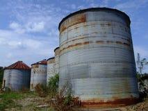 倒空五个老生锈的筒仓 库存图片
