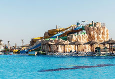 倒空五颜六色的水滑道和游泳池 Egipet Hurgada 金黄5, 2016年10月7日 库存照片