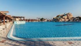 倒空五颜六色的水滑道和游泳池 Egipet Hurgada 金黄5, 2016年10月7日 库存图片