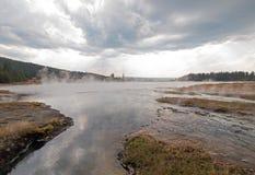倒空入热的在更低的喷泉水池的湖温泉的被缠结的小河在黄石国家公园在怀俄明美国 图库摄影