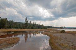 倒空入热的在更低的喷泉水池的湖温泉的被缠结的小河在黄石国家公园在怀俄明美国 库存照片