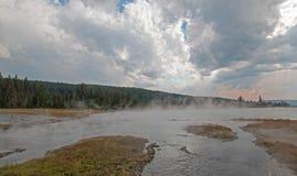 倒空入热的在更低的喷泉水池的湖温泉的被缠结的小河在黄石国家公园在怀俄明美国 库存图片