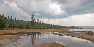 倒空入热的在更低的喷泉水池的湖温泉的被缠结的小河在黄石国家公园在怀俄明美国 免版税库存照片