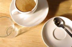 倒空咖啡,当被完成的工作 库存图片