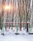 倒空在冬时的摇摆与雪 库存照片