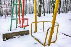 倒空在冬时的摇摆与雪 免版税库存图片