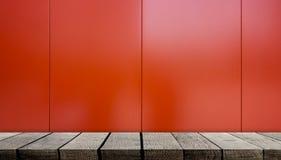 倒空在发光的红色金属的木展览架 库存图片
