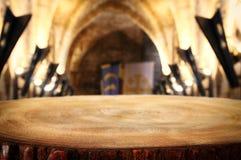 倒空在古老骑士石头塔前面的老桌 有用为产品显示蒙太奇 库存照片