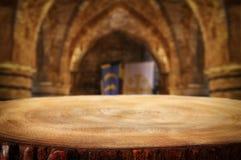倒空在古老骑士石头塔前面的老桌 有用为产品显示蒙太奇 免版税图库摄影