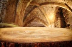 倒空在古老骑士石头塔前面的老桌 有用为产品显示蒙太奇 免版税库存图片