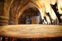 倒空在古老骑士石头塔前面的老桌 有用为产品显示蒙太奇 免版税库存照片